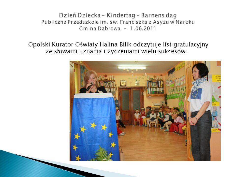 Opolski Kurator Oświaty Halina Bilik odczytuje list gratulacyjny ze słowami uznania i życzeniami wielu sukcesów.