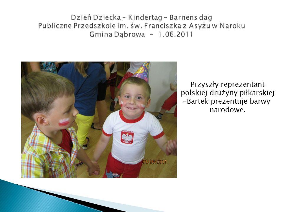 Przyszły reprezentant polskiej drużyny piłkarskiej -Bartek prezentuje barwy narodowe.