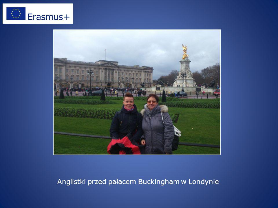 Anglistki przed pałacem Buckingham w Londynie