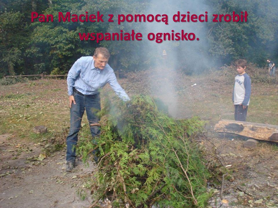 Pan Maciek z pomocą dzieci zrobił wspaniałe ognisko.