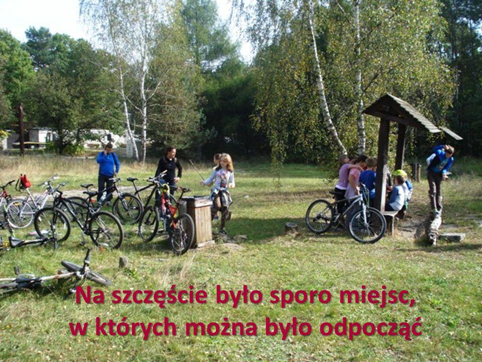 Po dwóch godzinach na rowerze dojechaliśmy na plac piknikowy na Młocinach, gdzie wymieniliśmy się z klasą 5d – oni wsiedli na nasze rowery, a zajęliśmy ich miejsca na placu zabaw.