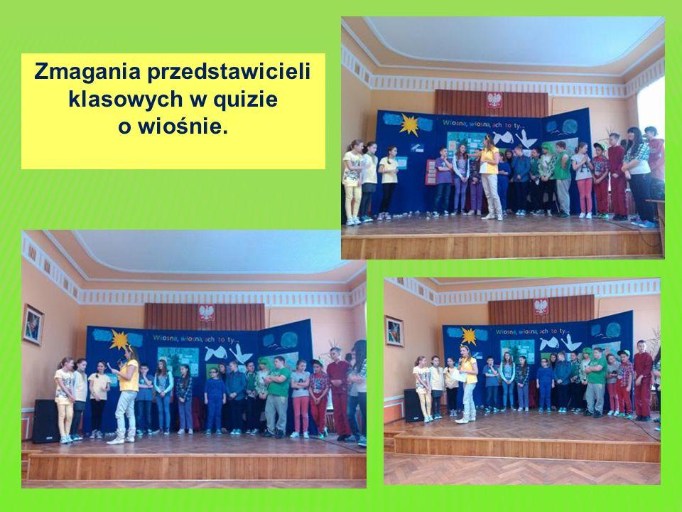 Zmagania przedstawicieli klasowych w quizie o wiośnie.