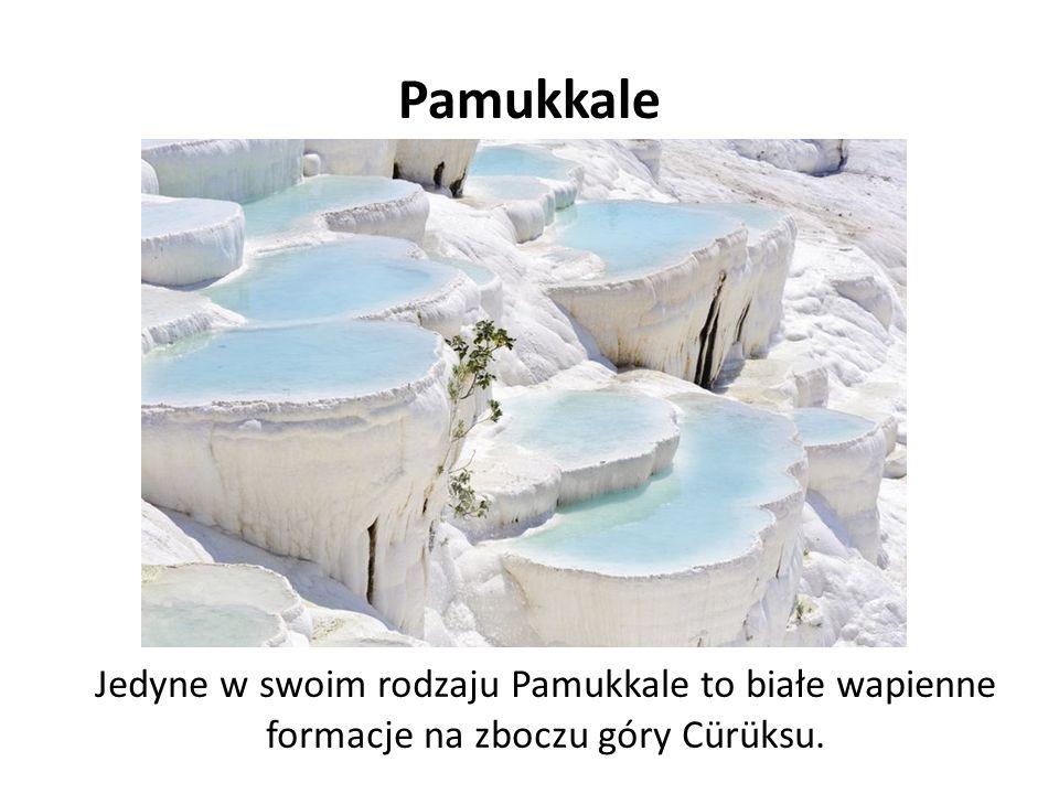 Pamukkale Jedyne w swoim rodzaju Pamukkale to białe wapienne formacje na zboczu góry Cürüksu.