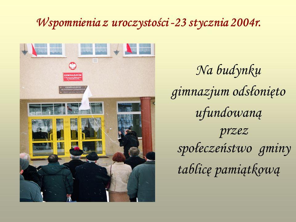 Wspomnienia z uroczystości -23 stycznia 2004r. Na budynku gimnazjum odsłonięto ufundowaną przez społeczeństwo gminy tablicę pamiątkową