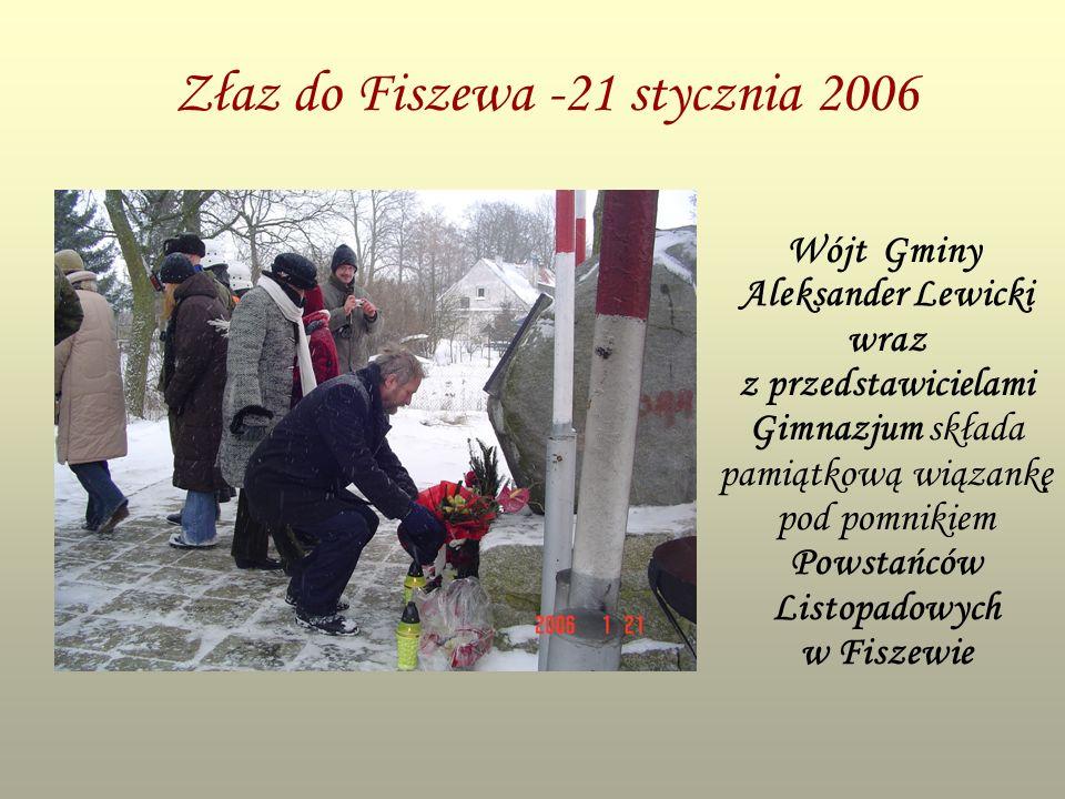 Złaz do Fiszewa -21 stycznia 2006 Wójt Gminy Aleksander Lewicki wraz z przedstawicielami Gimnazjum składa pamiątkową wiązankę pod pomnikiem Powstańców