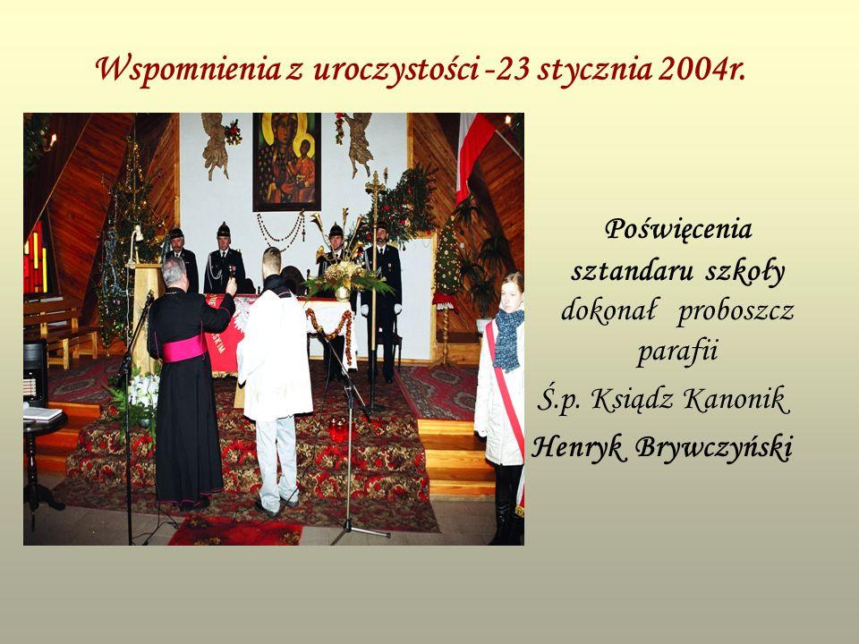 Wspomnienia z uroczystości -23 stycznia 2004r. Poświęcenia sztandaru szkoły dokonał proboszcz parafii Ś.p. Ksiądz Kanonik Henryk Brywczyński
