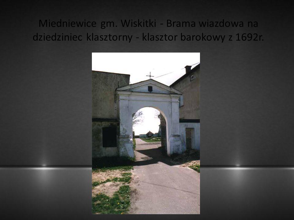 Miedniewice gm. Wiskitki - Brama wiazdowa na dziedziniec klasztorny - klasztor barokowy z 1692r.