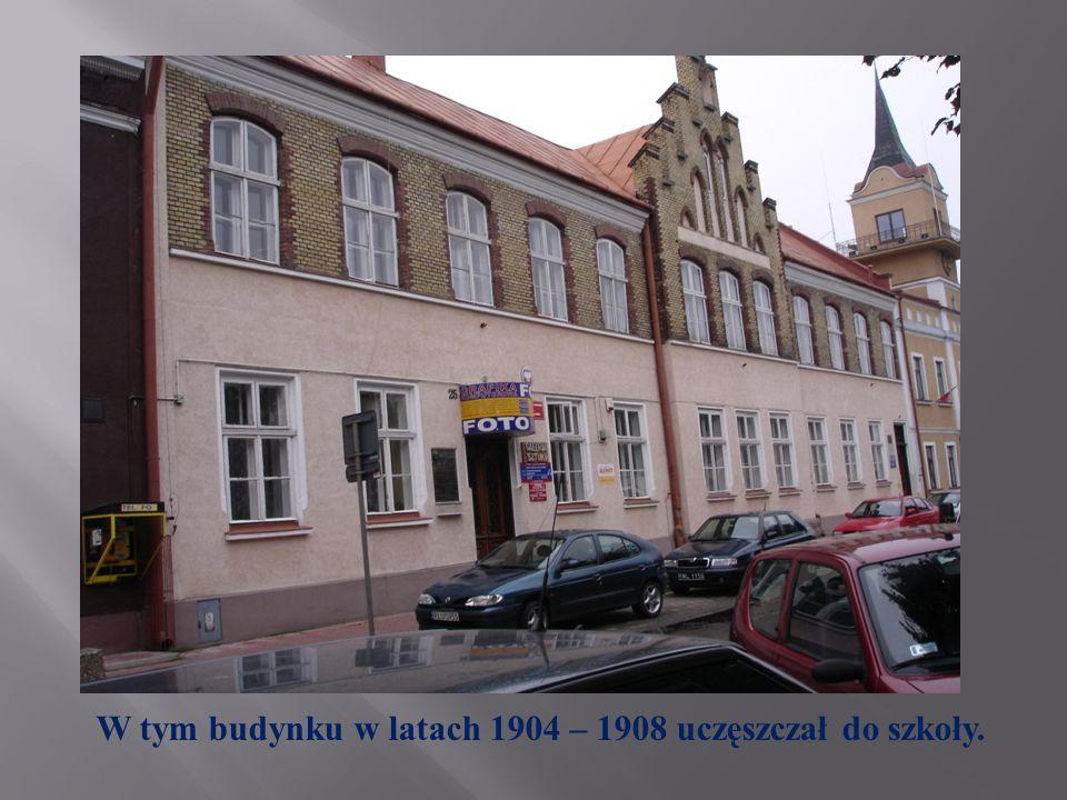 W tym budynku w latach 1904 – 1908 uczęszczał do szkoły.