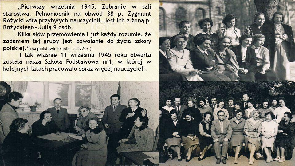 """""""Pierwszy września 1945. Zebranie w sali starostwa. Pełnomocnik na obwód 38 p. Zygmunt Różycki wita przybyłych nauczycieli. Jest ich z żoną p. Różycki"""