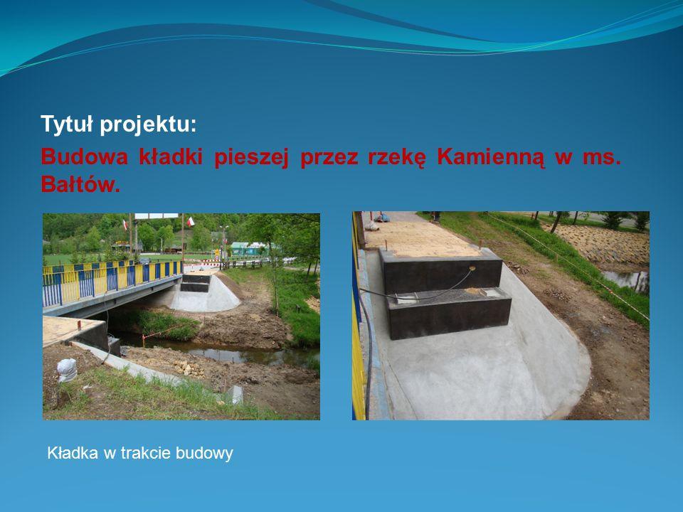 Tytuł projektu: Budowa kładki pieszej przez rzekę Kamienną w ms. Bałtów. Kładka w trakcie budowy