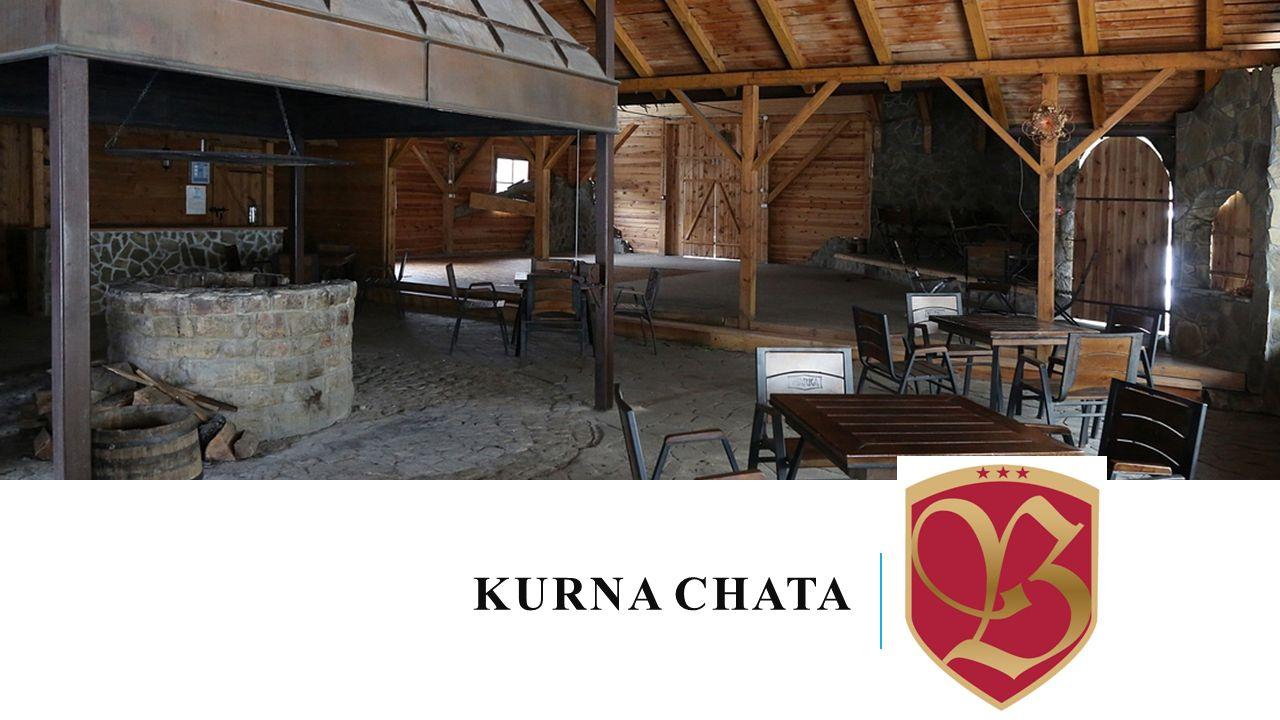 Drewniana chata w stylu regionalnym, stojąca na hotelowym dziedzińcu to idealne miejsce do wspólnej biesiady.