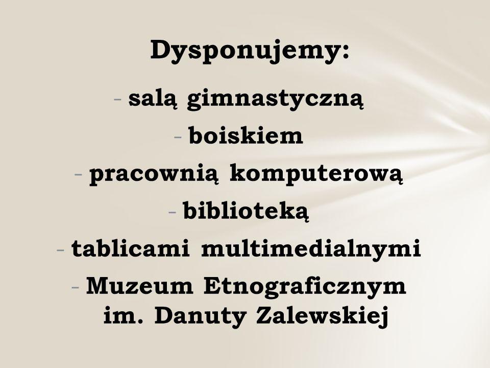- salą gimnastyczną - boiskiem - pracownią komputerową - biblioteką - tablicami multimedialnymi - Muzeum Etnograficznym im.