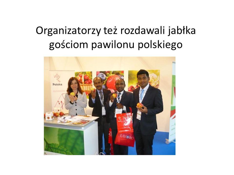 Organizatorzy też rozdawali jabłka gościom pawilonu polskiego