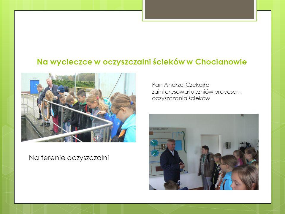 Na wycieczce w oczyszczalni ścieków w Chocianowie Pan Andrzej Czekajło zainteresował uczniów procesem oczyszczania ścieków Na terenie oczyszczalni