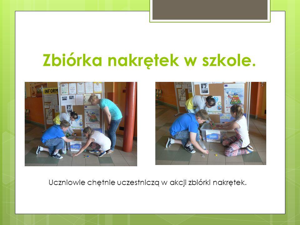Zbiórka nakrętek w szkole. Uczniowie chętnie uczestniczą w akcji zbiórki nakrętek.