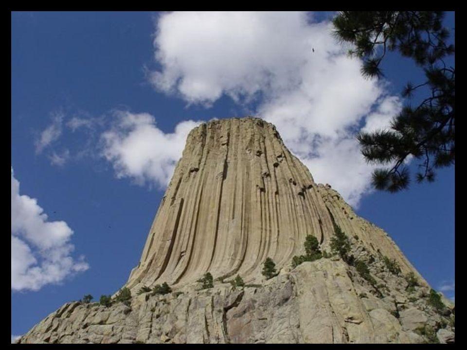 Devil s Tower lub Torre de los Diablos (Diabla Wieża), znajduje się w Wyoming (Stany Zjednoczone) jest imponująca - ponad 380 metrów wysokości, porównywalna z wysokością Empire State.