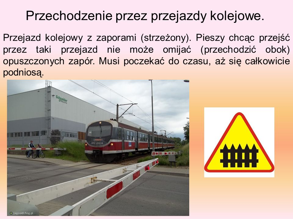 Przechodzenie przez przejazdy kolejowe. Przejazd kolejowy z zaporami (strzeżony). Pieszy chcąc przejść przez taki przejazd nie może omijać (przechodzi