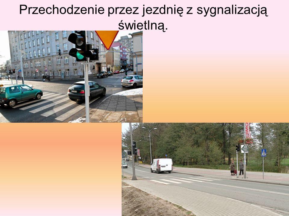 Przechodzenie przez jezdnię z sygnalizacją świetlną.