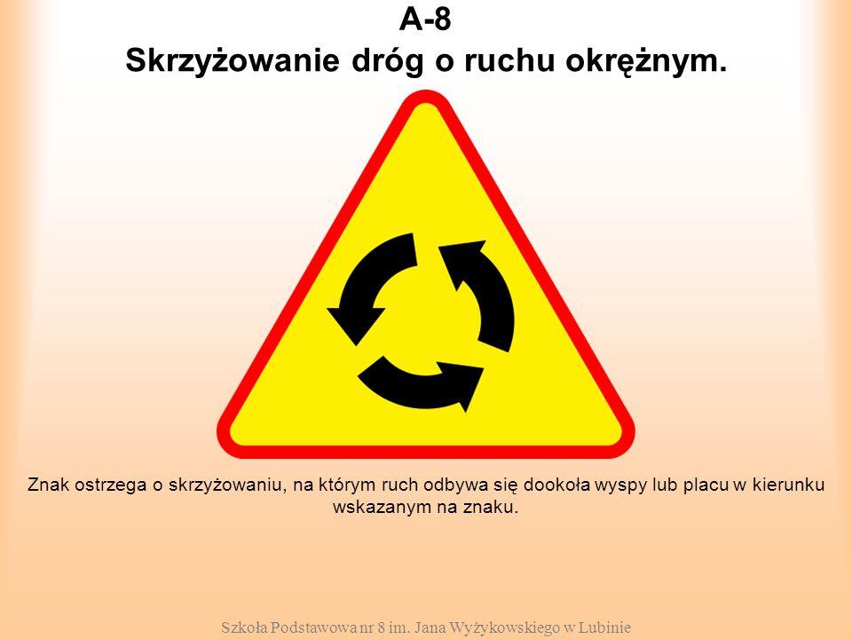 Szkoła Podstawowa nr 8 im. Jana Wyżykowskiego w Lubinie A-8 Znak ostrzega o skrzyżowaniu, na którym ruch odbywa się dookoła wyspy lub placu w kierunku