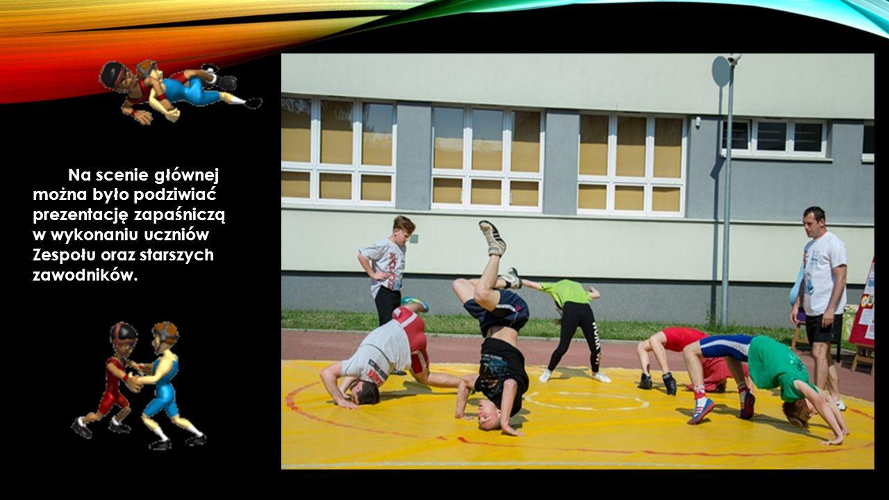 Wyczyny taneczno- akrobatyczne kilku grup dzieci w różnym wieku trenujących w dąbrowskim Studiu Tanecznym na dłuższą chwilę przykuły uwagę widzów.