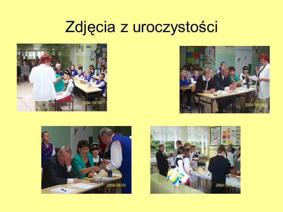1 IX 2004r.- inauguracja roku szkolnego z nauczaniem języka kaszubskiego Od tego dnia chętne dzieci uczą się języka kaszubskiego. Na zdjęciu podpisywa