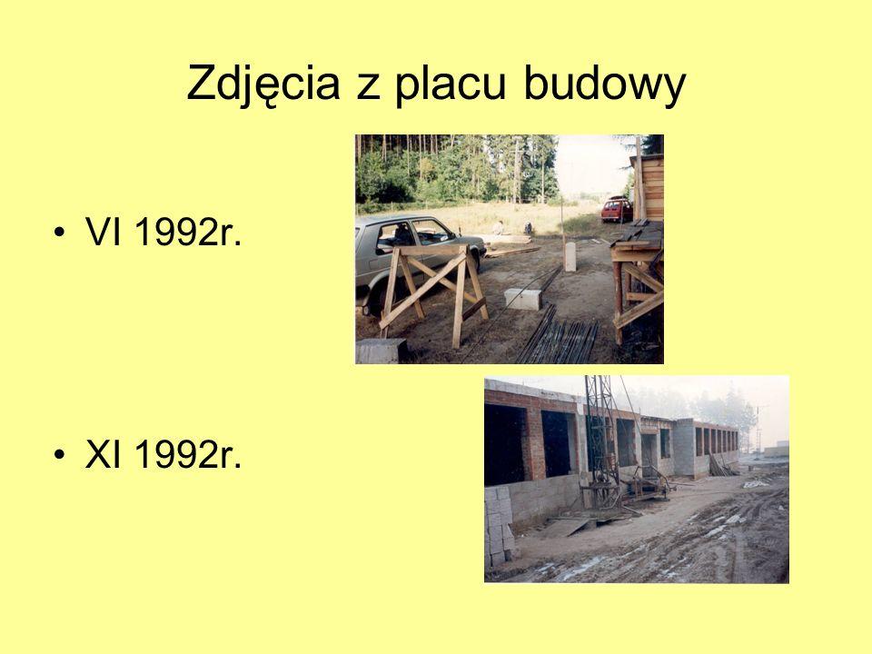 VI 1992 r. – rozpoczęcie budowy szkoły Z powodu braku funduszy zostaje realizowana tylko I część projektu szkoły : 6 sal lekcyjnych, pomieszczenia adm