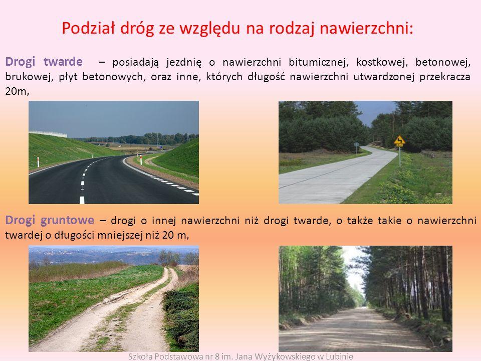 Podział dróg ze względu na rodzaj nawierzchni: Drogi twarde – posiadają jezdnię o nawierzchni bitumicznej, kostkowej, betonowej, brukowej, płyt betono