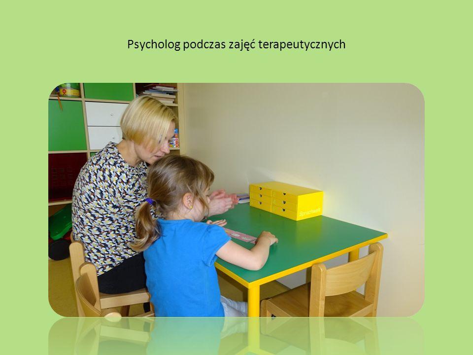 Psycholog podczas zajęć terapeutycznych