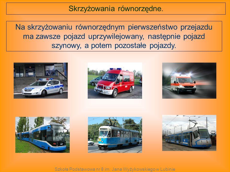 Na skrzyżowaniu równorzędnym pierwszeństwo przejazdu ma zawsze pojazd uprzywilejowany, następnie pojazd szynowy, a potem pozostałe pojazdy. Skrzyżowan