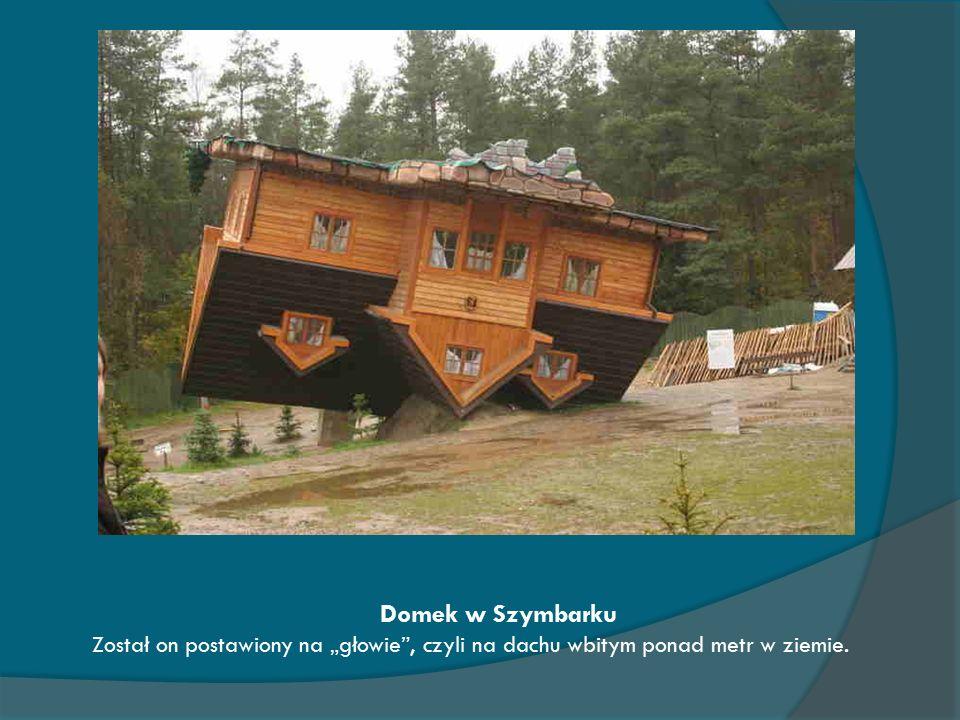 """Domek w Szymbarku Został on postawiony na """"głowie , czyli na dachu wbitym ponad metr w ziemie."""