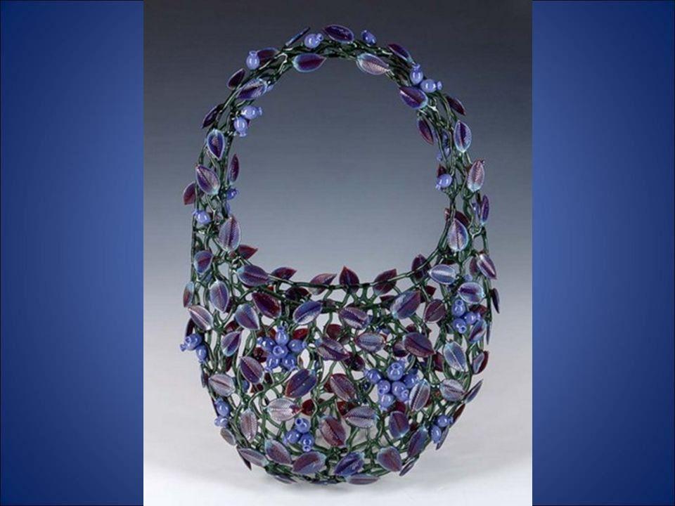 Robert Mickelsen urodził się w 1951 roku w Stanie Wirdźinia a w połowie lat siedemdziesątych zaczął zajmować się wyrobami ze szkła pod opieką mistrza