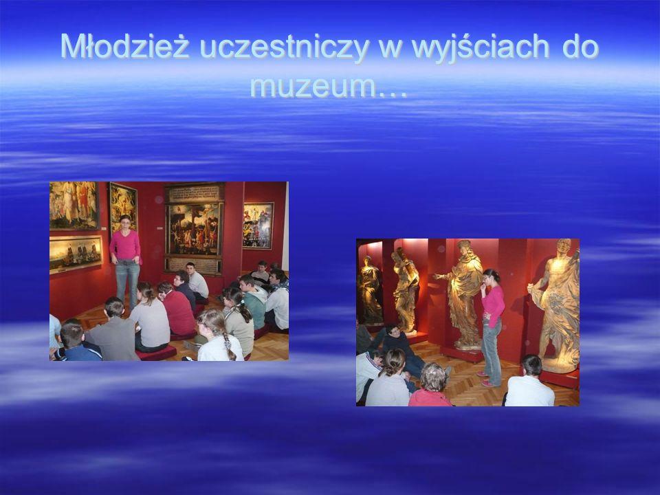 Młodzież uczestniczy w wyjściach do muzeum…