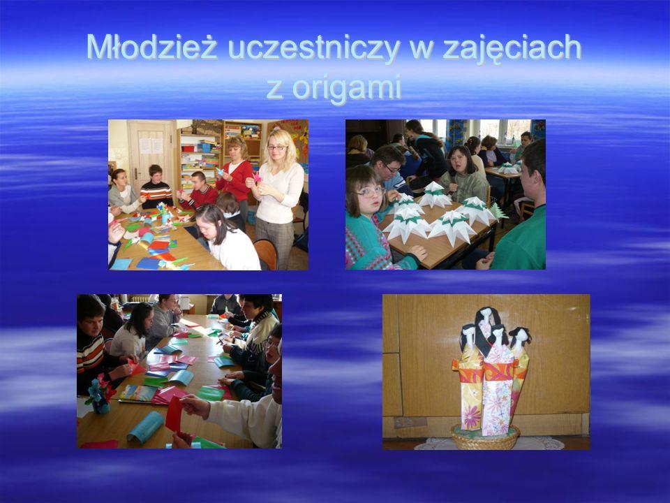 Młodzież uczestniczy w zajęciach z origami