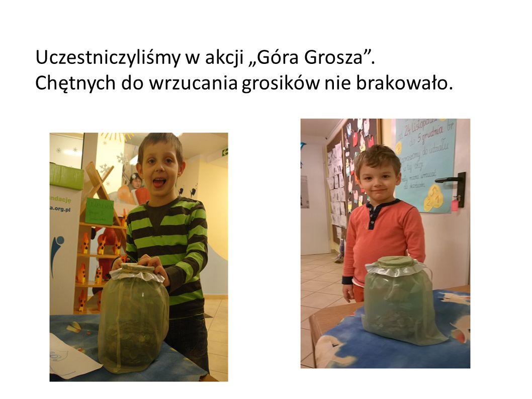 """Uczestniczyliśmy w akcji """"Góra Grosza . Chętnych do wrzucania grosików nie brakowało."""