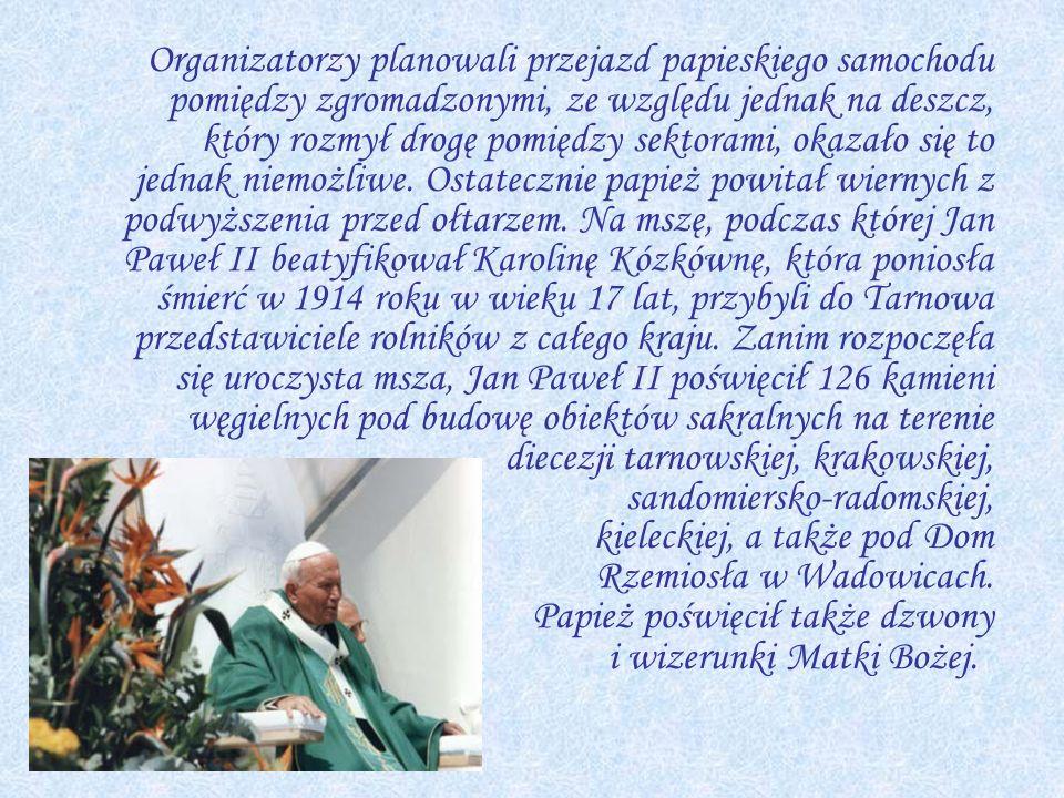 Organizatorzy planowali przejazd papieskiego samochodu pomiędzy zgromadzonymi, ze względu jednak na deszcz, który rozmył drogę pomiędzy sektorami, okazało się to jednak niemożliwe.
