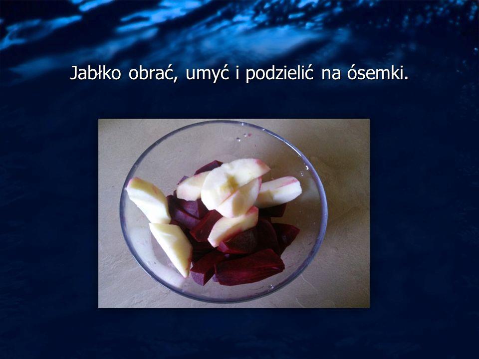Jabłko obrać, umyć i podzielić na ósemki.