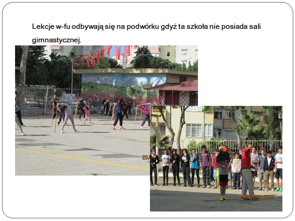 Lekcje w-fu odbywają się na podwórku gdyż ta szkoła nie posiada sali gimnastycznej.