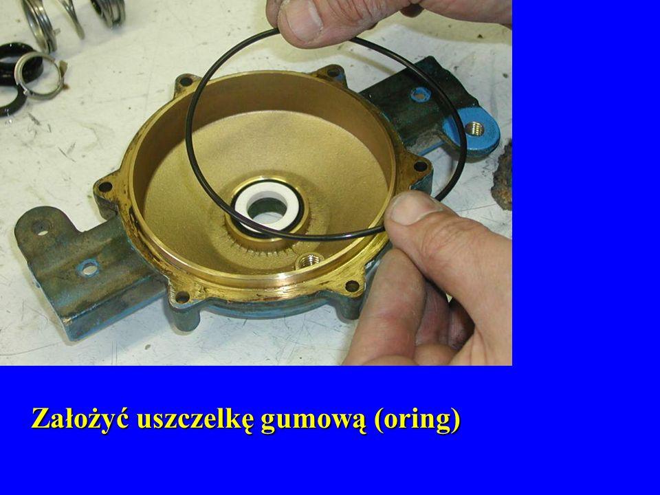 Założyć uszczelkę gumową (oring) Założyć uszczelkę gumową (oring)