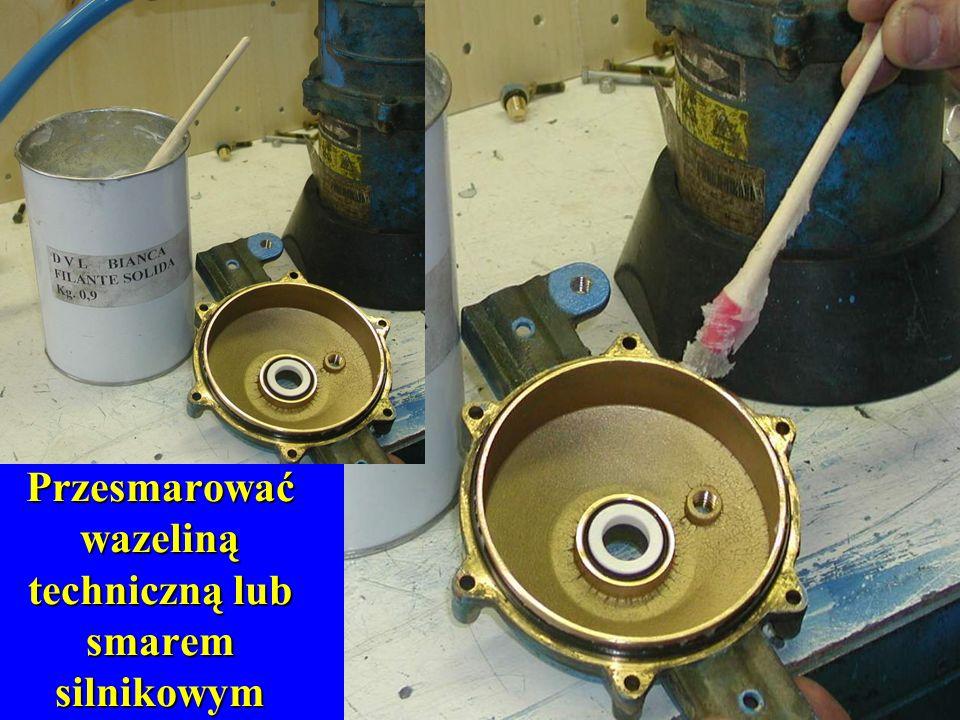 Przesmarować wazeliną techniczną lub smarem silnikowym