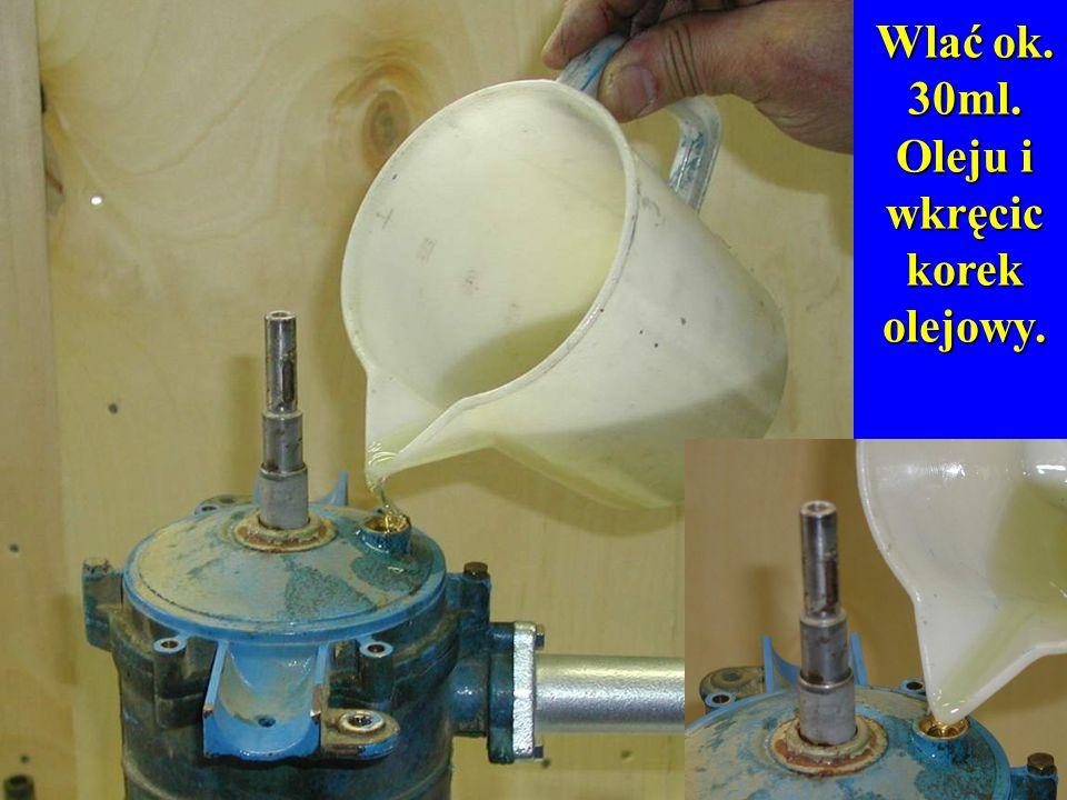 Wlać ok. 30ml. Oleju i wkręcic korek olejowy.