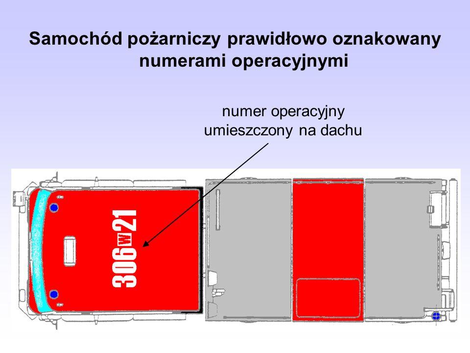 numer operacyjny umieszczony na dachu Samochód pożarniczy prawidłowo oznakowany numerami operacyjnymi