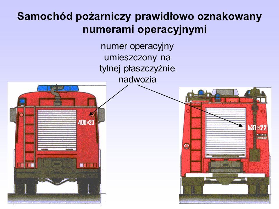 numer operacyjny umieszczony na tylnej płaszczyźnie nadwozia Samochód pożarniczy prawidłowo oznakowany numerami operacyjnymi
