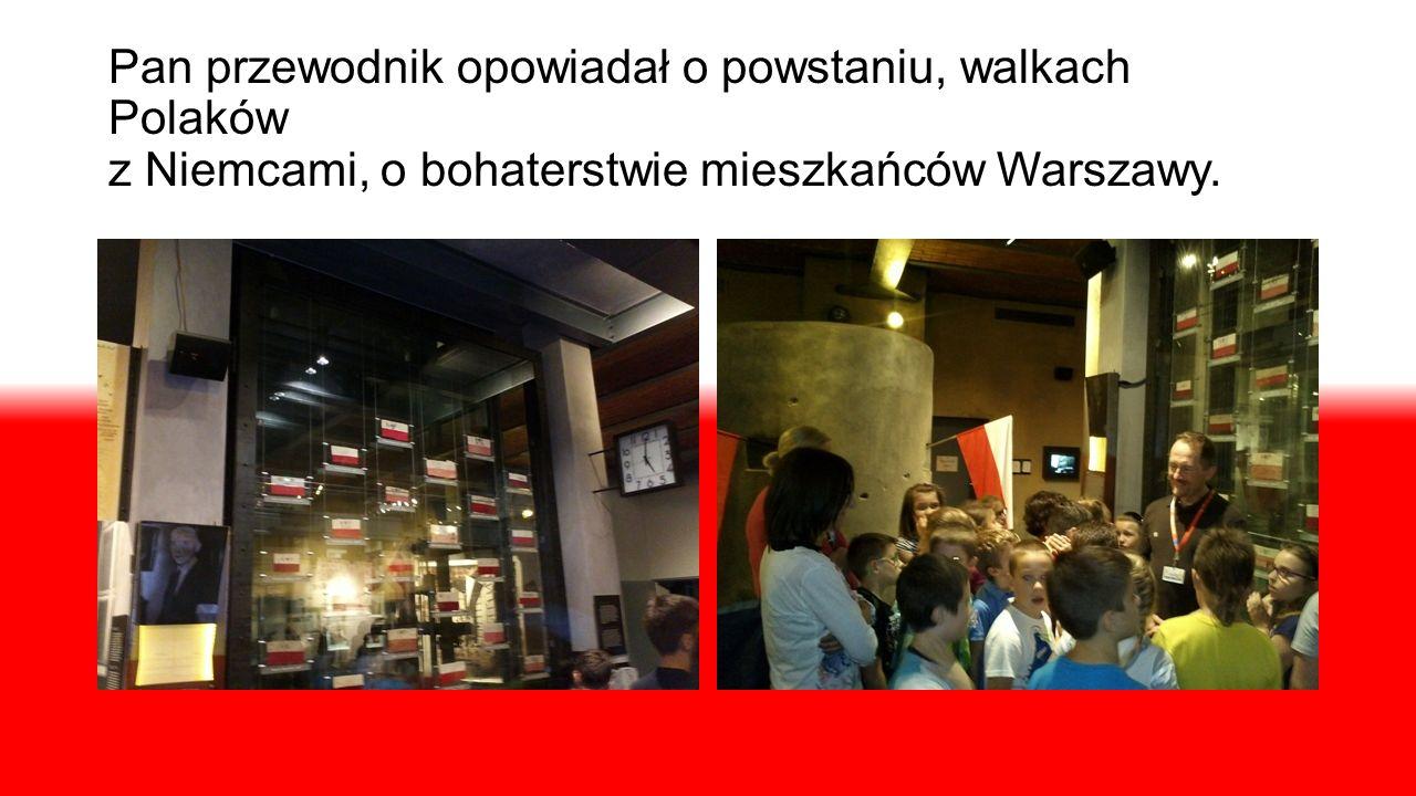 Pan przewodnik opowiadał o powstaniu, walkach Polaków z Niemcami, o bohaterstwie mieszkańców Warszawy.