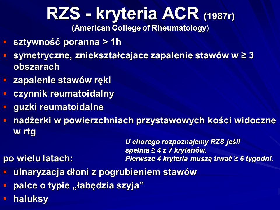 """RZS - kryteria ACR (1987r) (American College of Rheumatology)  sztywność poranna > 1h  symetryczne, zniekształcajace zapalenie stawów w ≥ 3 obszarach  zapalenie stawów ręki  czynnik reumatoidalny  guzki reumatoidalne  nadżerki w powierzchniach przystawowych kości widoczne w rtg po wielu latach:  ulnaryzacja dłoni z pogrubieniem stawów  palce o typie """"łabędzia szyja  haluksy U chorego rozpoznajemy RZS jeśli spełnia ≥ 4 z 7 kryteriów."""