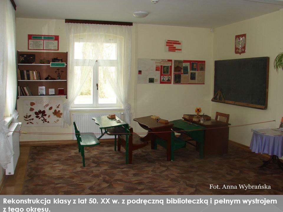 Rekonstrukcja klasy z lat 50. XX w. z podręczną biblioteczką i pełnym wystrojem z tego okresu.