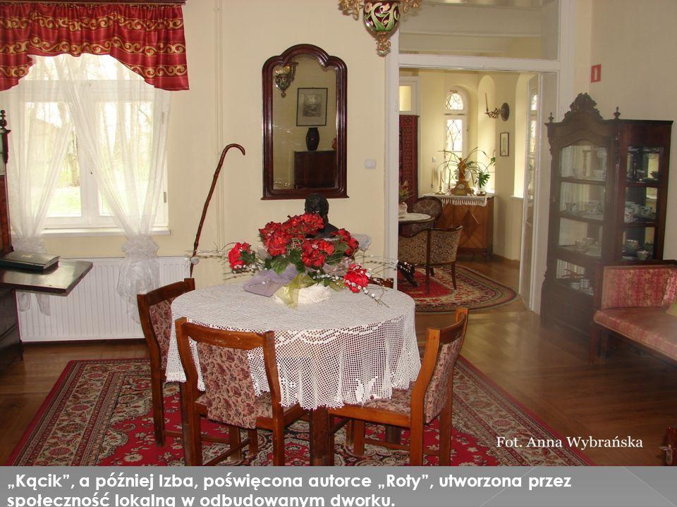 """""""Kącik , a później Izba, poświęcona autorce """"Roty , utworzona przez społeczność lokalną w odbudowanym dworku."""