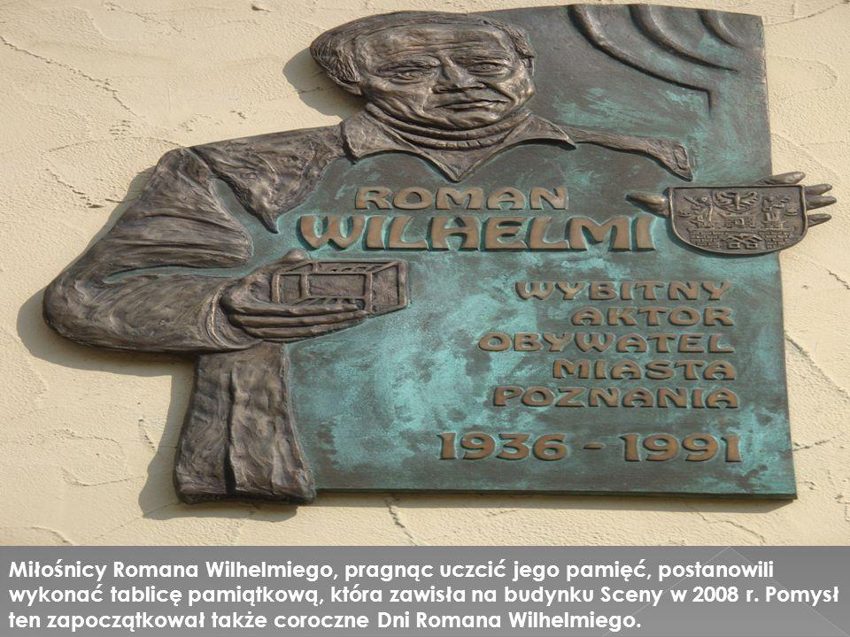 Miłośnicy Romana Wilhelmiego, pragnąc uczcić jego pamięć, postanowili wykonać tablicę pamiątkową, która zawisła na budynku Sceny w 2008 r. Pomysł ten