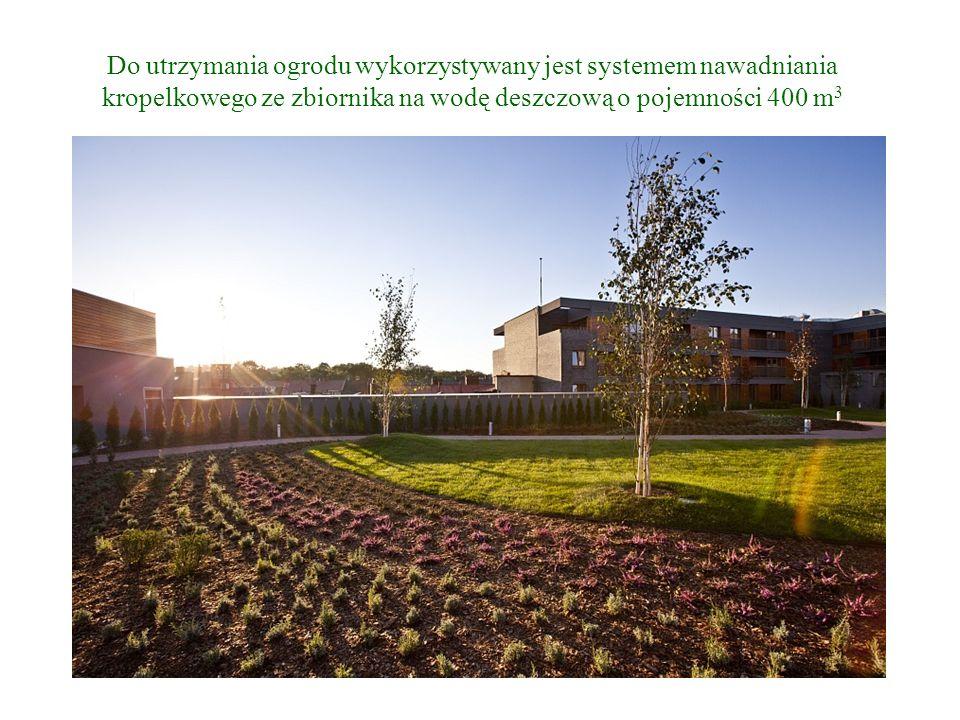 Do utrzymania ogrodu wykorzystywany jest systemem nawadniania kropelkowego ze zbiornika na wodę deszczową o pojemności 400 m 3