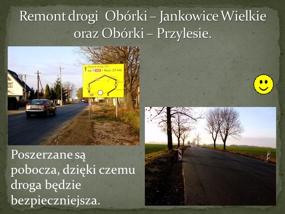 Poszerzane są pobocza, dzięki czemu droga będzie bezpieczniejsza.