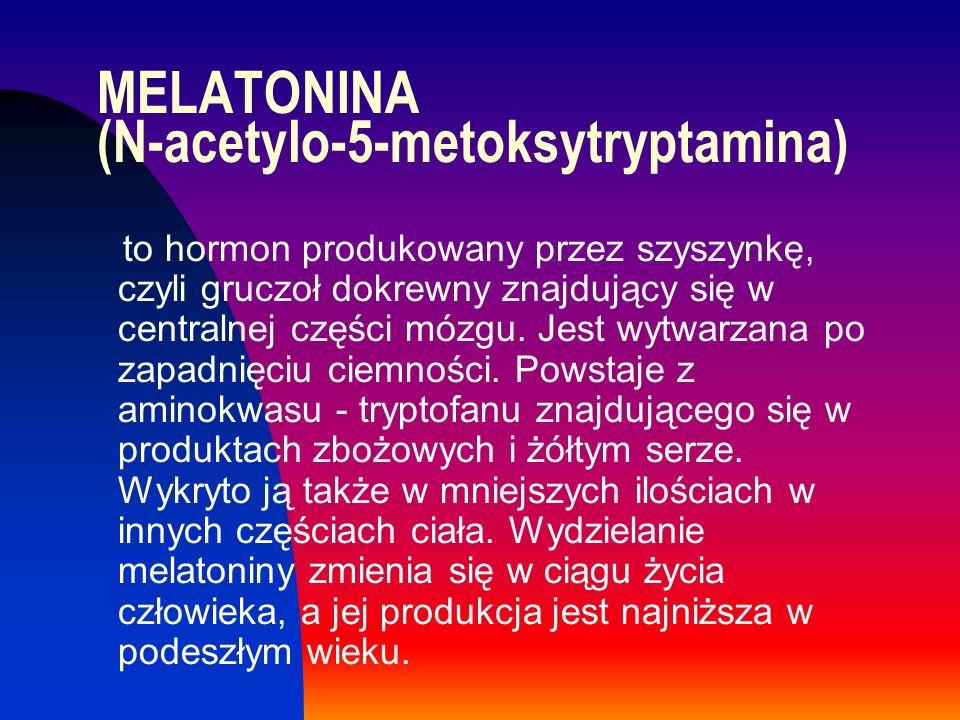MELATONINA (N-acetylo-5-metoksytryptamina) to hormon produkowany przez szyszynkę, czyli gruczoł dokrewny znajdujący się w centralnej części mózgu. Jes